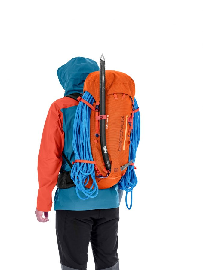 Ortovox Peak light 32 - Front View - Ice Axe and Rope Fastening